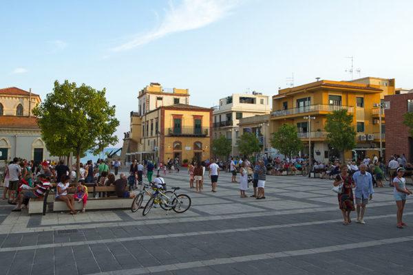 Piazza_Duca_degli_Abruzzi,_Marina_di_Ragusa,_Ragusa,_Sicily,_Italy_-_panoramio_(1)