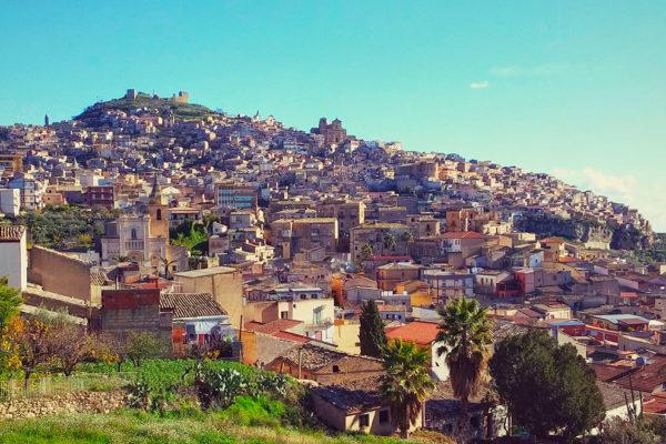 Veduta_panoramica_del_paese_di_Agira